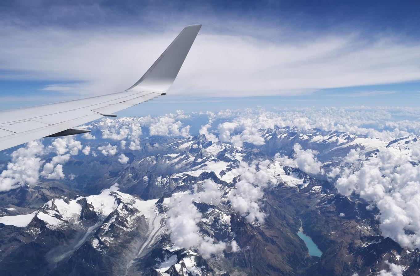 Крыло самолета, горы, облака