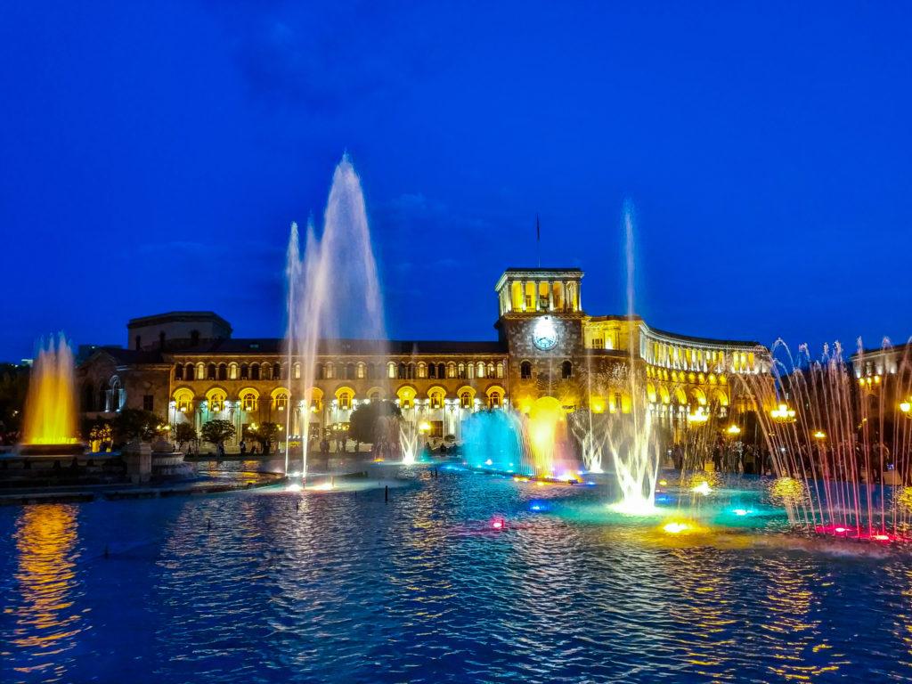 Поющие фонтаны на пл. Республики в Ереване